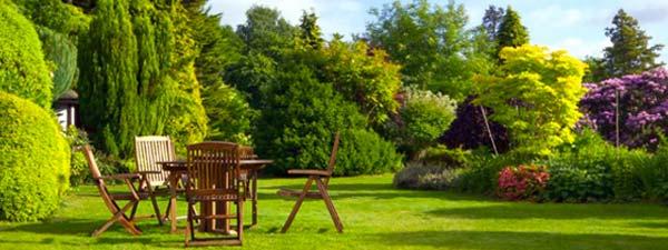 manutenzione del verde, giardino, sedie in legno