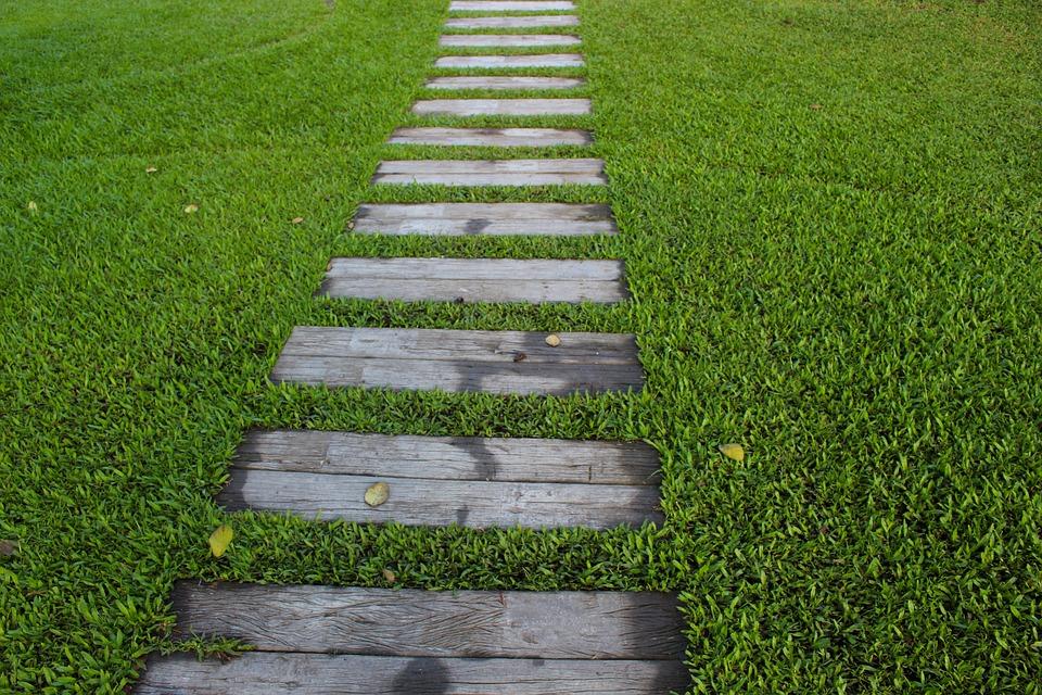 Sentieri in giardino: quale materiale scegliere?